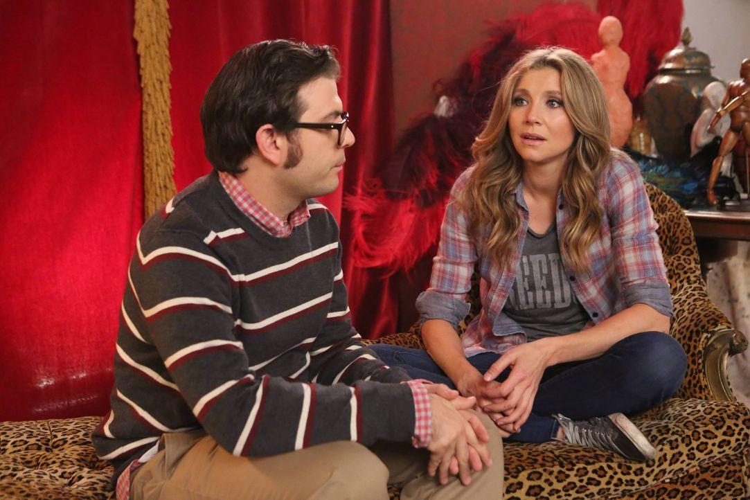 Gregg (Joe Wengert, l.) bringt Polly (Sarah Chalke, r.) auf eine Idee, um an Geld zu kommen ... - Bildquelle: 2013 American Broadcasting Companies. All rights reserved.