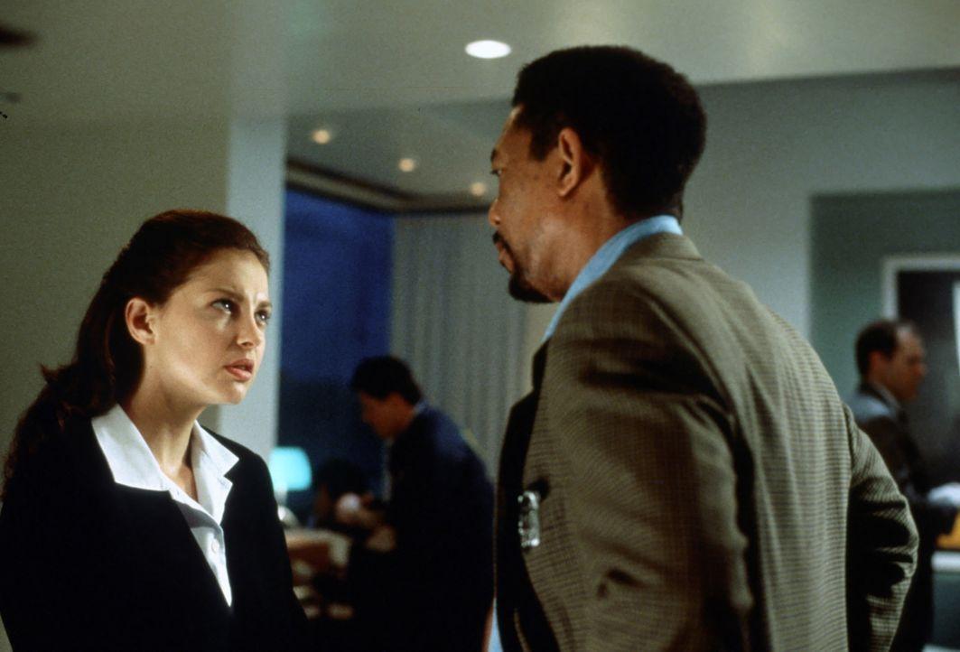 Von der örtlichen Polizei erhält Alex (Morgan Freeman, r.) wenig Beistand. Lediglich bei der Ärztin Kate McTiernan (Ashley Judd, l.), die sich aus d... - Bildquelle: 2012 by Paramount Pictures. All rights reserved.