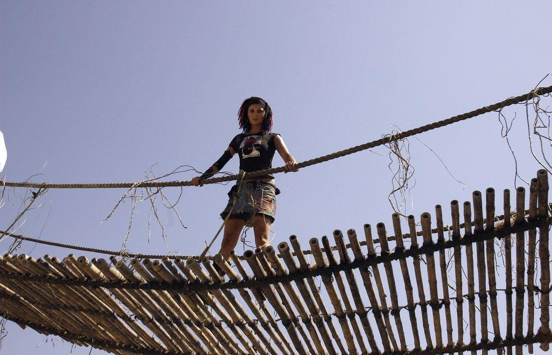 Zooranger Taffie (Monique van der Werff) sucht in Indien nach verschwundenen Elefanten und bekommt es mit hemmungslosen Elfenbeinjägern zu tun ... - Bildquelle: Jan van den Nievwenhuijzen