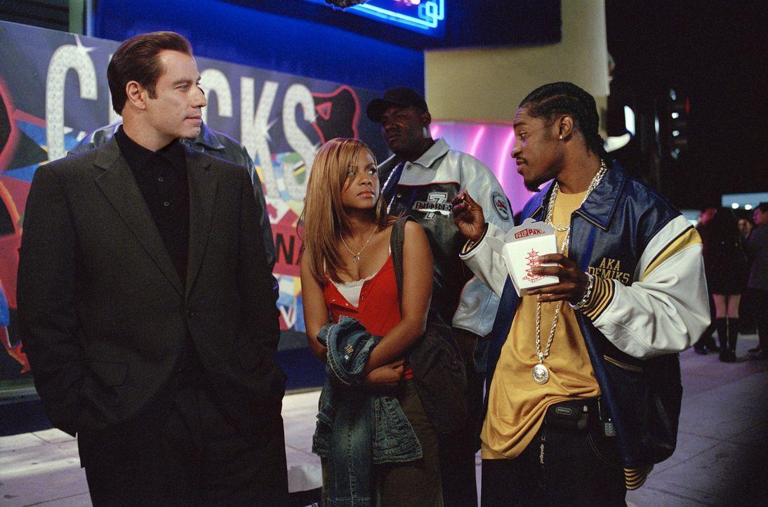 Nicht nur Dabu (Andre Benjamin, r.), sondern auch der charmante Windhund Chili Palmer (John Travolta, l.) erkennt sofort, dass Linda Moon (Christina... - Bildquelle: Metro-Goldwyn-Mayer Studios Inc. All Rights Reserved.