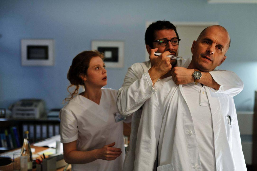 Wer und was versetzt Dr. Roehm (Fahri Yardim, M.), Ehemann des Opfers, so sehr in Angst und Schrecken, dass er hinter jeder Krankenhaustür einen M - Bildquelle: Stefan Erhard ProSieben