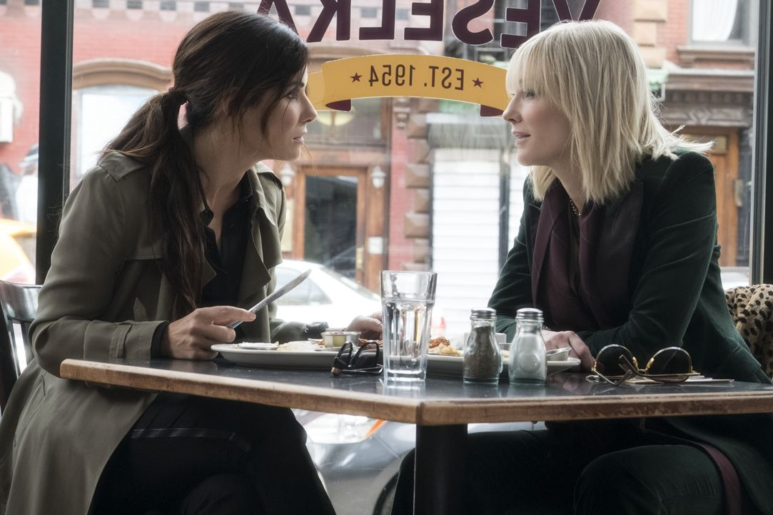 Debbie Ocean (Sandra Bullock, l.); Lou Miller (Cate Blanchett, r.) - Bildquelle: 2018 Warner Bros. Entertainment Inc., Village Roadshow (BVI) Limited.