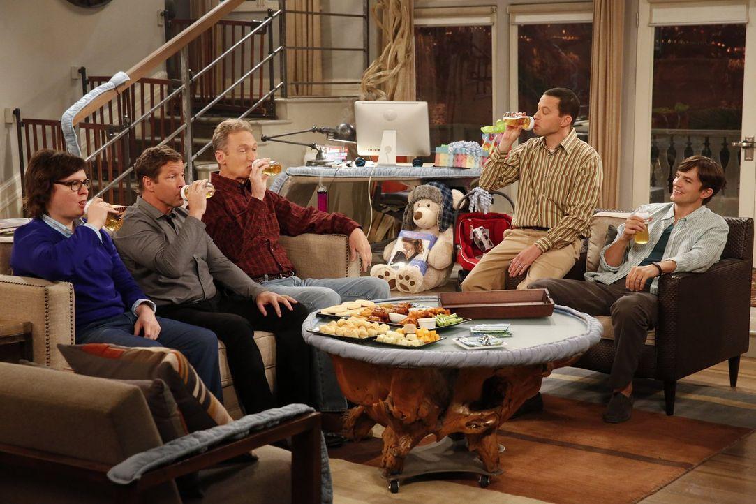 Feiern die bevorstehende Vaterschaft mit einem ganz besonderen Herrenabend: Walden (Ashton Kutcher, r.), Alan (Jon Cryer, 2.v.r.) Barry (Clark Duke,... - Bildquelle: Warner Brothers Entertainment Inc.