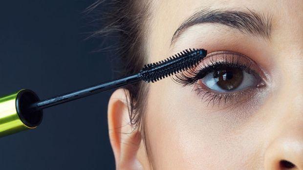 Mascara richtig auftragen, Wimpernzange benutzen und verklumpte Wimperntusche...
