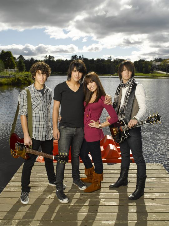 Musik ist ihr Leben: (v.l.n.r.) Nate (Nick Jonas), Shane Gray (Joe Jonas), Mitchie (Demi Lovato) und Jason (Kevin Jonas) ... - Bildquelle: 2007 DISNEY CHANNEL. All rights reserved.