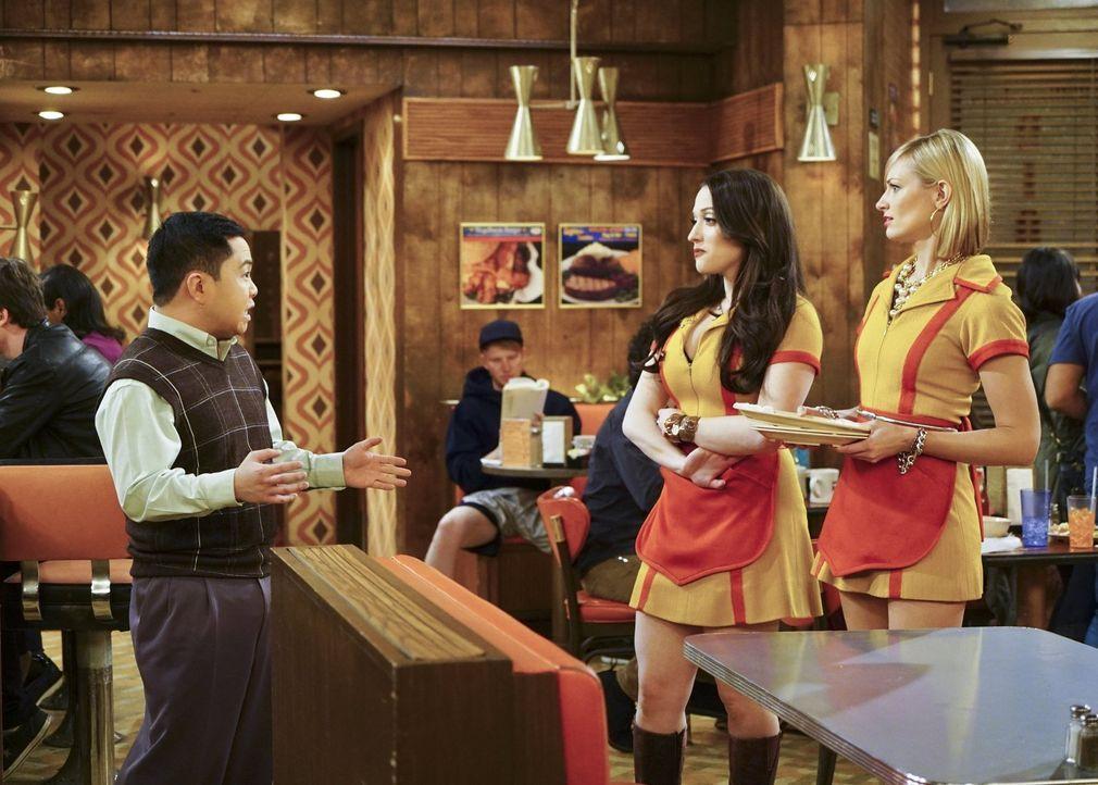 Max (Kat Dennings, M.) und Caroline (Beth Behrs, r.) bitten Han (Matthew Moy, l.) um einen freien Tag, um die Musicalaufführung von Carolines Vater... - Bildquelle: 2016 Warner Brothers
