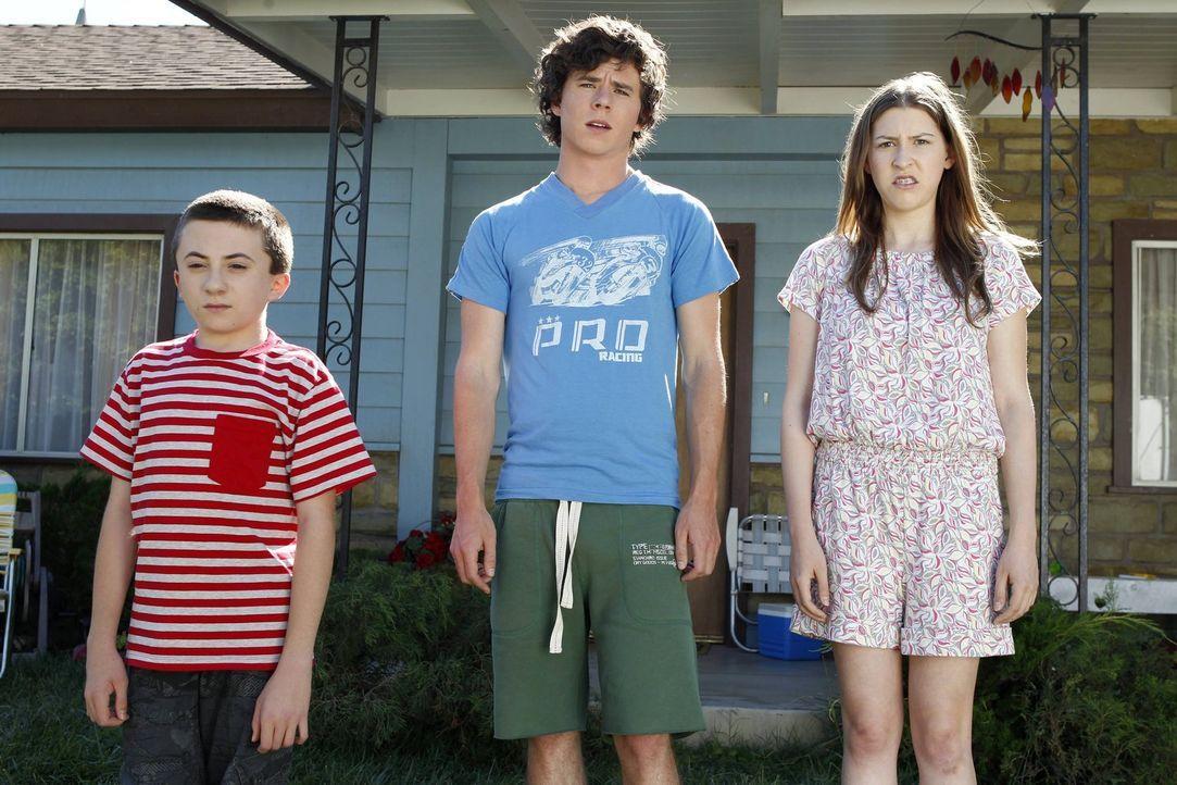 Frankie und Mike nehmen Brick (Atticus Shaffer, l.), Axl (Charlie McDermott, M.) und Sue (Eden Sher, r.) mit auf einen Familienausflug ins Autokino.... - Bildquelle: Warner Brothers
