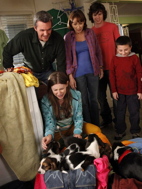 Es steht Hundenachwuchs an: Während sich Mike (Neil Flynn, l.), Frankie (Patricia Heaton, 2.v.r.), Axl (Charlie McDermott, 2.v.r.) und Brick (Atticu... - Bildquelle: Warner Brothers