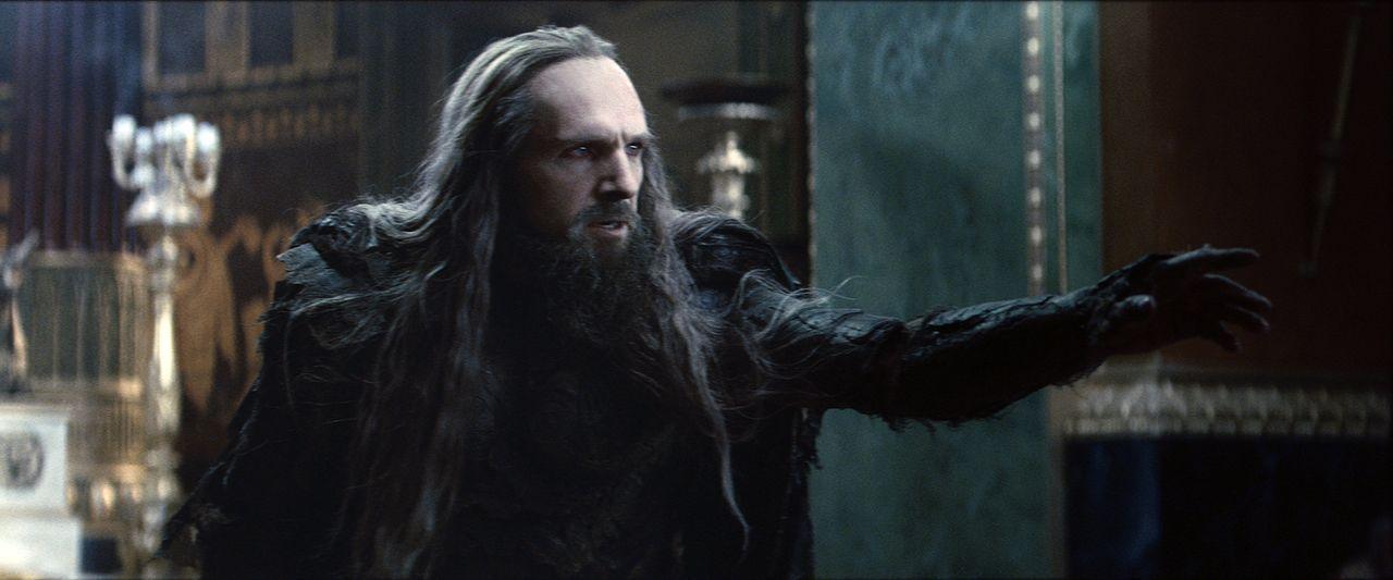 Als rachsüchtiger Gott der Unterwelt schreckt Hades (Ralph Fiennes) vor nicht uns niemandem zurück. Doch dann fordert ihn ausgerechnet ein junger Ha... - Bildquelle: 2010 Warner Bros.