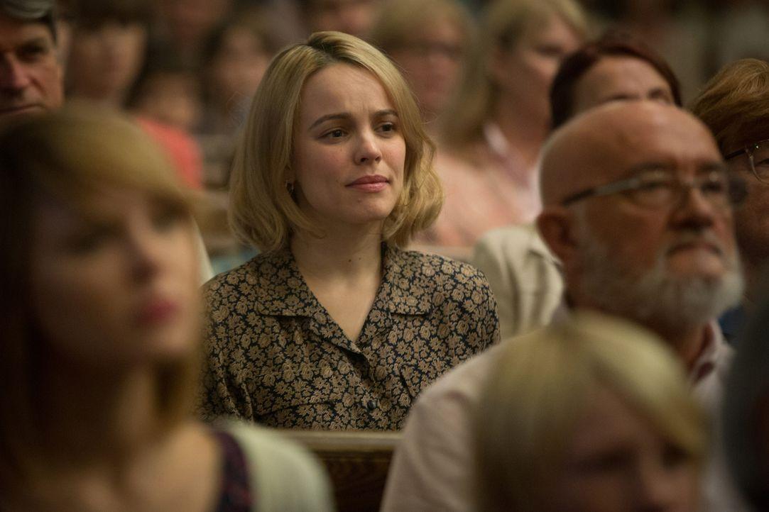Um der Wahrheit auf die Spur zu kommen, stattet die Reporterin Sacha (Rachel McAdams) auch der römisch-katholischen Kirche einen Besuch ab. Doch die... - Bildquelle: Kerry Hayes 2015 Paramount Pictures. All Rights Reserved./Kerry Hayes
