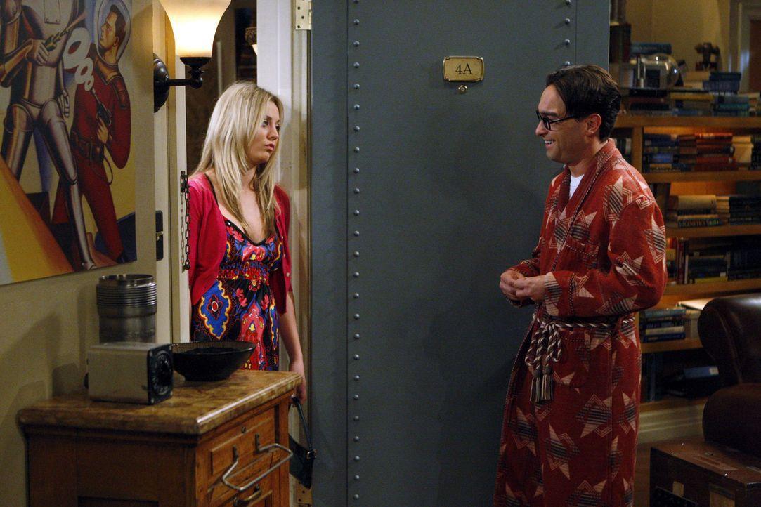 Am späten Abend steht Penny (Kaley Cuoco, l.) unverhofft betrunken vor Leonrads (Johnny Galecki, r.) Tür, beklagt sich, dass er es ihr unmöglich... - Bildquelle: Warner Bros. Television