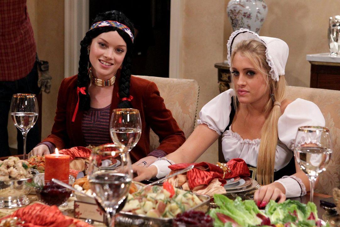 Ein ganz besonderes Thanksginings-Essen: Tessa (Jane Levy, l.) und Dalia (Carly Chaikin, r.) ... - Bildquelle: Warner Bros. Television