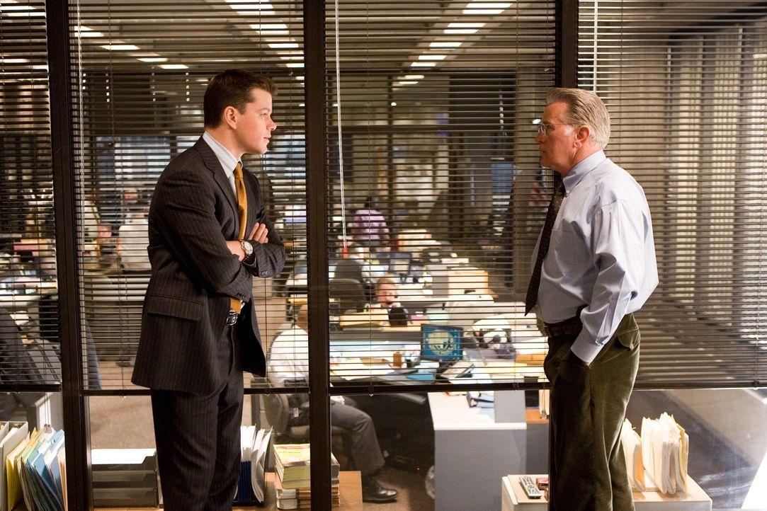 Captain Queenan (Martin Sheen, r.) ist sich nicht bewusst, dass Cop Colin Sullivan (Matt Damon, l.) der verzweifelt gesuchte Maulwurf ist ... - Bildquelle: Warner Bros. Entertainment Inc