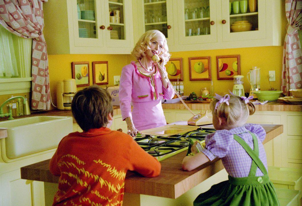 Eines Tages soll die Maklerin Joan Walden (Kelly Preston, M.) für die gesamte Belegschaft eine perfekte Dinnerparty in ihrem Haus organisieren. Ihr... - Bildquelle: TM &   2003 DreamWorks LLC. All Rights Reserved.