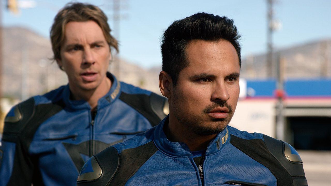 "Jon Baker (Dax Shepard, l.); Frank ""Ponch"" Poncherello (Michael Peña, r.) - Bildquelle: Warner Bros."