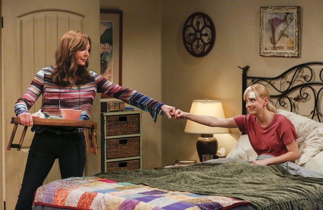Obwohl Bonnie (Allison Janney, l.) von ihrer Tochter Christy (Anna Faris, r.) und ihrem Freund Adam enttäuscht ist, da keiner der beiden sie als Not... - Bildquelle: 2016 Warner Bros. Entertainment, Inc.