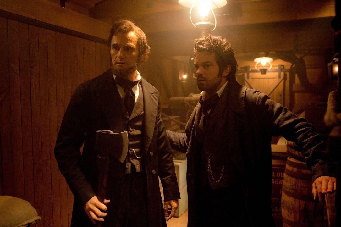 Seit der Ermordung seiner Mutter durch einen Vampir ist Abraham Lincoln (Benjamin Walker, l.) unermüdlich in seinem Kampf, alle Untoten zu vernichte... - Bildquelle: Stephen Vaughan 2012 Twentieth Century Fox Film Corporation. All rights reserved.