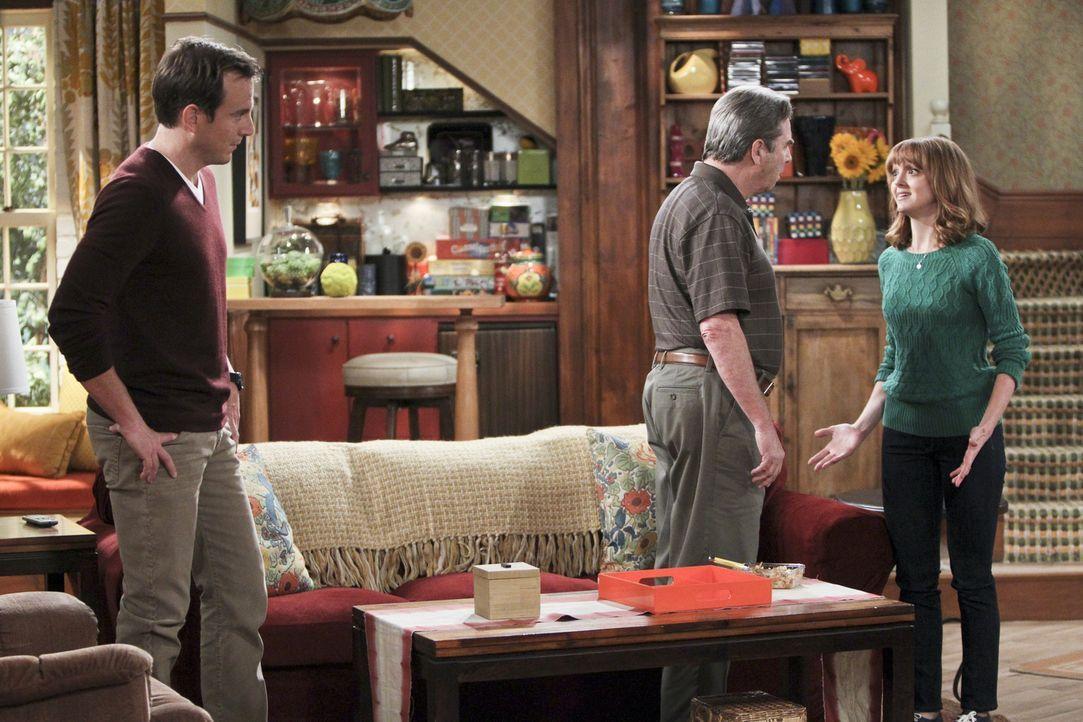 Als Nathan (Will Arnett, l.) herausfindet, warum sein Vater (Beau Bridges, M.) Debbie (Jayma Mays, r.) lieber hat als ihn, ist er zutiefst verletzt... - Bildquelle: 2013 CBS Broadcasting, Inc. All Rights Reserved.