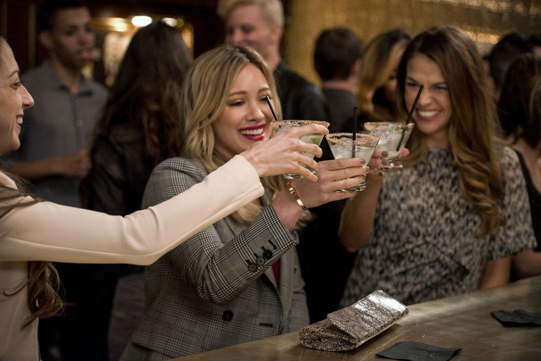 Als Kelsey (Hilary Duff, l.) und Liza (Sutton Foster, r.) die Vertragsunterzeichnung mit dem schwedischen Autor Anton feiern, artet der Abend aus un... - Bildquelle: Hudson Street Productions Inc 2015