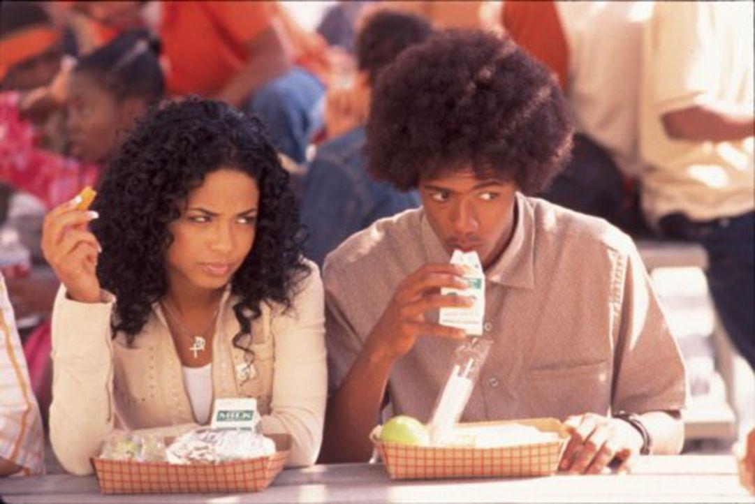 Als die arrogante und mit einem Basketballstar liierte Paris Morgan (Christina Milian, l.) einen Autounfall hat, hilft ihr der Klugscheißer Alvin J... - Bildquelle: 2002   Warner Brothers