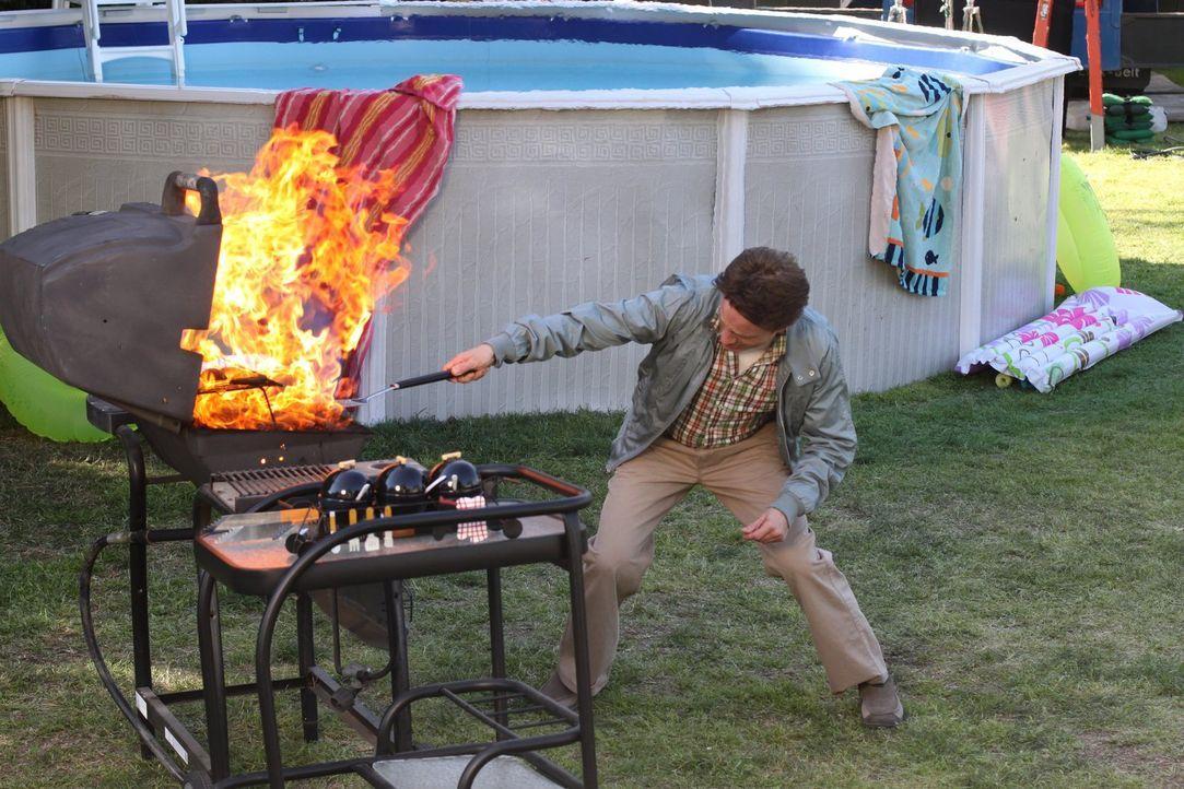 Während Mike (Neil Flynn) und Brick versuchen an ihren zwischenmenschlichen Fähigkeiten zu arbeiten, muss auch noch die jährliche Grillfeier der Hec... - Bildquelle: Warner Brothers