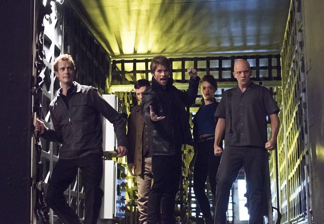 Welche Pläne hat Captain Cold für die S.T.A.R. Lab Gefangenen Jake alias Deathbolt (Doug Jones, l.), Roy alias Rainbow Raider (Paul Anthony, 2.v.l.)... - Bildquelle: Warner Brothers.