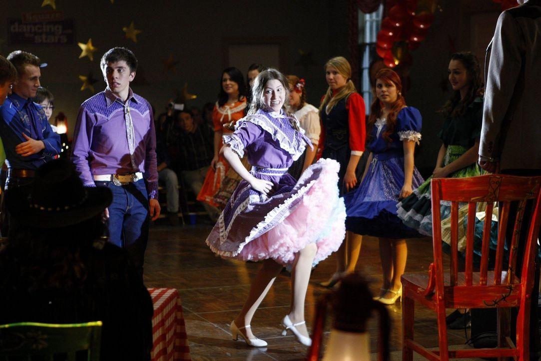 Während sich Brad (Brock Ciarlelli, l.) und Sue (Eden Sher, r.) im Square Dance versuchen, wird Brick zum Footballprofi - zumindest theoretisch ... - Bildquelle: Warner Brothers