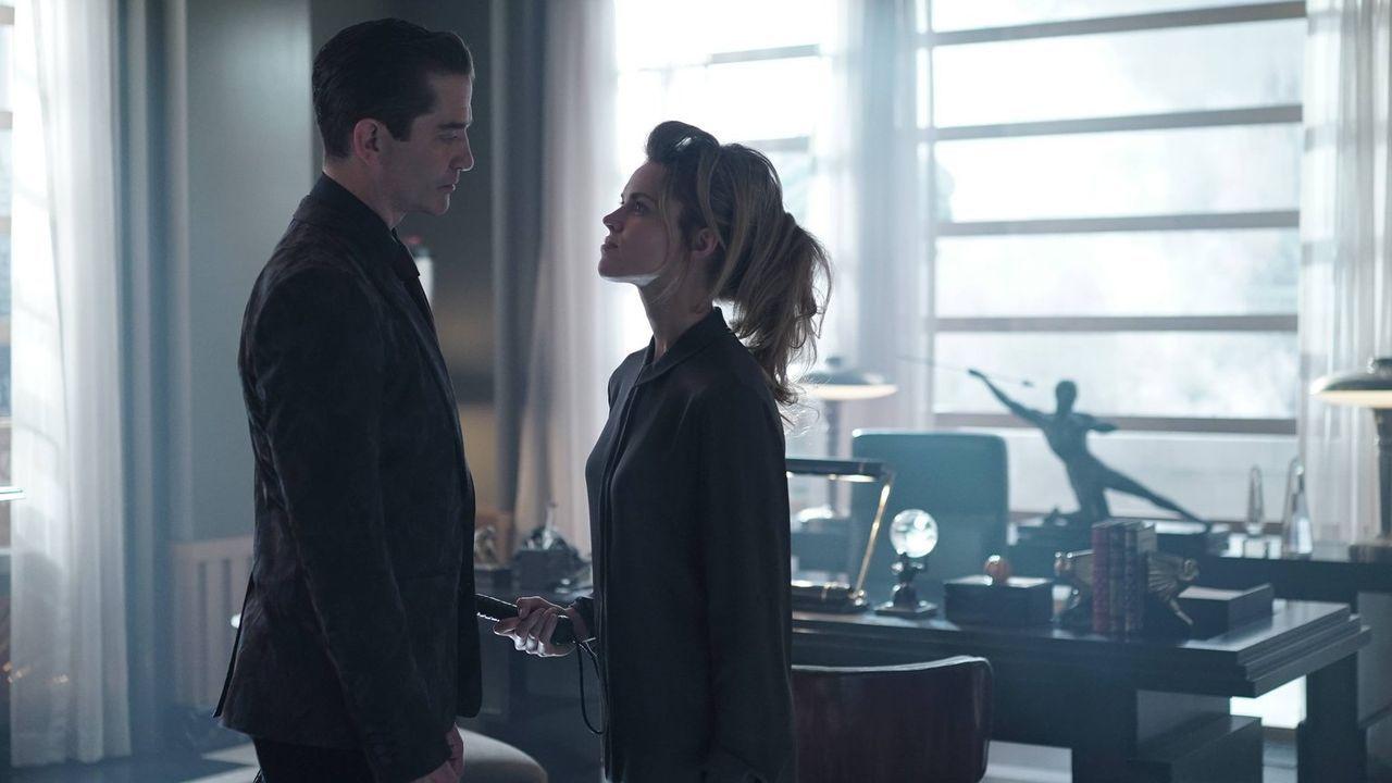 Während James Gordon wieder in seinem Job arbeitet, möchte Theo Galavan (James Frain, l.) mit Barbara (Erin Richards, r.) und den anderen aus Arkham... - Bildquelle: Warner Brothers
