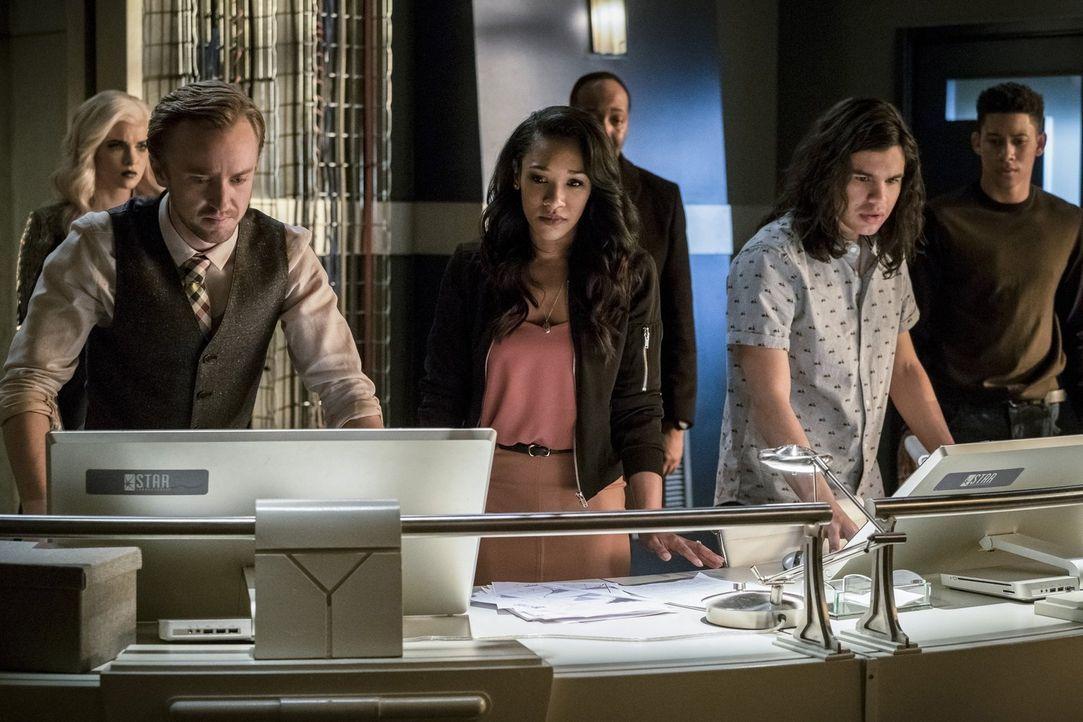 Nachdem sie an Barrys Gehirn herumgespielt haben, müssen sich (v.l.n.r.) Julian (Tom Felton), Iris (Candice Patton), Joe (Jesse L. Martin), Cisco (C... - Bildquelle: 2016 Warner Bros.