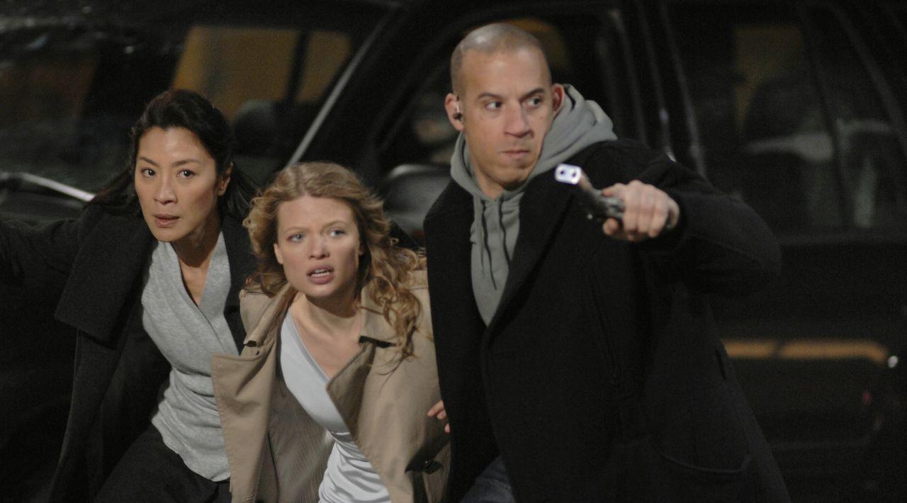 Als der eiskalte Söldner Toorop (Vin Diesel, r.) erfährt, dass Schwester Rebeccas (Michelle Yeoh, l.) Zögling Aurora (Mélanie Thierry, M.)  in New Y... - Bildquelle: 2008 BABYLON A.D SAS / BABYLON FILMS LIMITED / STUDIOCANAL / M6 FILMS