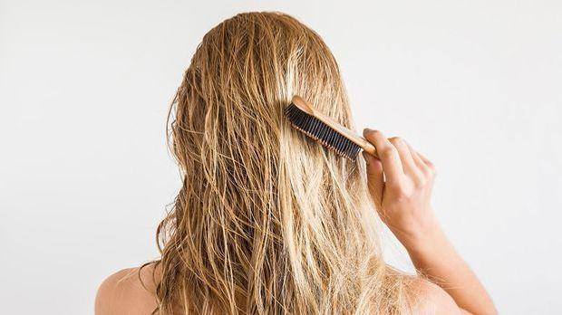 Du hast Haarausfall und weißt nicht, was dagegen hilft? Dann solltest du jetz...