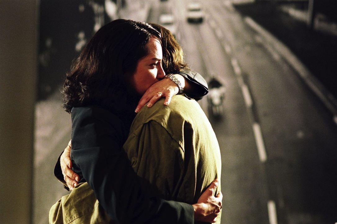 Trotz der Schicksalsschläge ist Greg (Robert Seeliger, r.) zu Katharina (Natalia Wörner, l.) nach Berlin gekommen, um ihrer Liebe eine weitere Cha... - Bildquelle: Sat.1