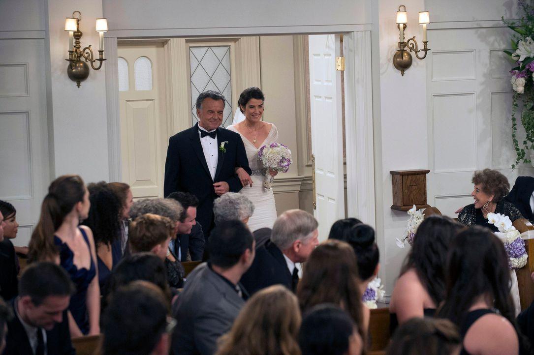 Obwohl er sich immer einen Jungen gewünscht hatte, führt Robins Vater (Ray Wise, l.) seine Tochter (Cobie Smulders, r.) voller Stolz zum Altar ... - Bildquelle: 2014 Twentieth Century Fox Film Corporation. All rights reserved.