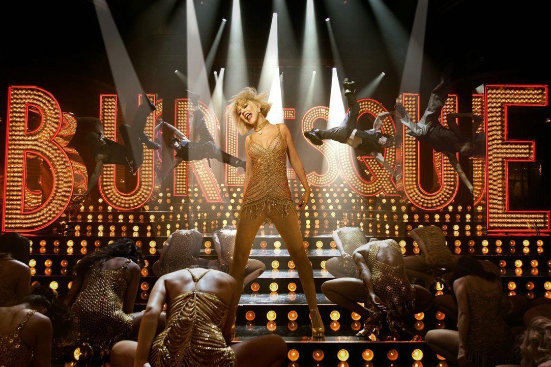 Schon seit ewigen Zeiten träumt Ali (Christina Aguilera, M.) davon, auf der Bühne zu stehen. In einer Burlesque-Lounge soll ihr Traum in Erfüllun... - Bildquelle: 2010 Screen Gems, Inc. All Rights Reserved.