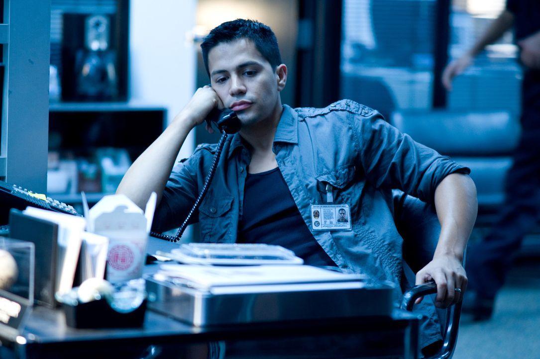 Auf welcher Seite steht der Polizist Eddie Hatcher (Jay Hernandez) wirklich? - Bildquelle: 2010 Screen Gems, Inc. All Rights Reserved.