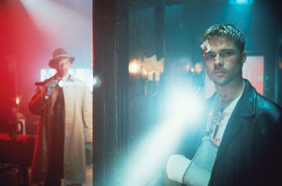 Immer wieder müssen Mills (Brad Pitt, r.) und Somerset (Morgan Freeman, l.) erfahren, dass der unmenschliche Mörder ihnen einen Schritt voraus ist .... - Bildquelle: Constantin Film