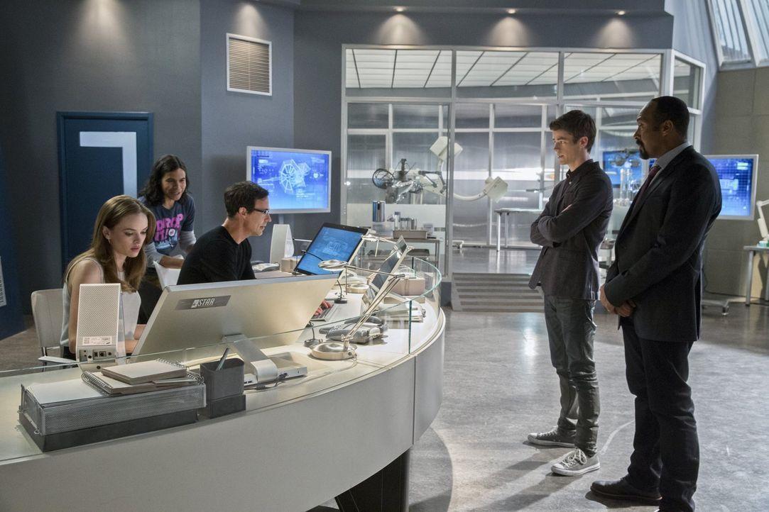 Gemeinsam versuchen sie, Kyle Nimbus aka The Mist außer Gefecht zu setzen: Barry (Grant Gustin, 2.v.r.), Joe (Jesse L. Martin, r.), Caitlin (Daniell... - Bildquelle: Warner Brothers.