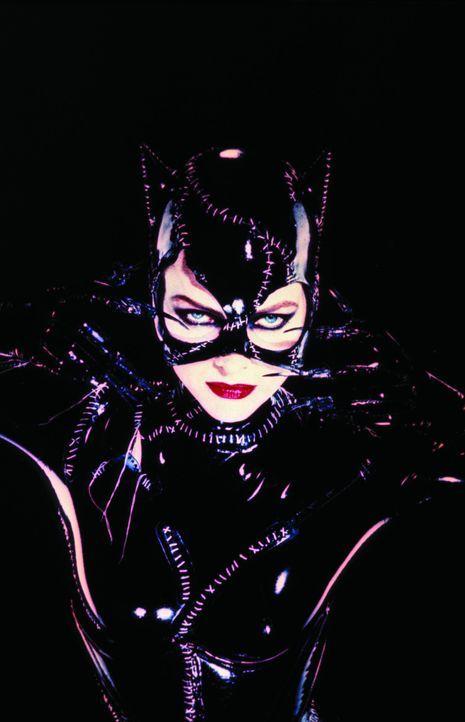 Tagsüber ist sie eine ganz normale Frau, doch nachts schleicht Selena als 'Catwoman' (Michelle Pfeiffer) über die Dächer ... - Bildquelle: Warner Bros.