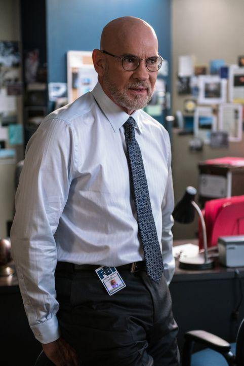 Als Skinner (Mitch Pileggi) erfährt, dass Mulder verschwunden ist, ahnt er noch nicht, dass dies bald das geringste Problem sein wird ... - Bildquelle: 2016 Fox and its related entities.  All rights reserved.