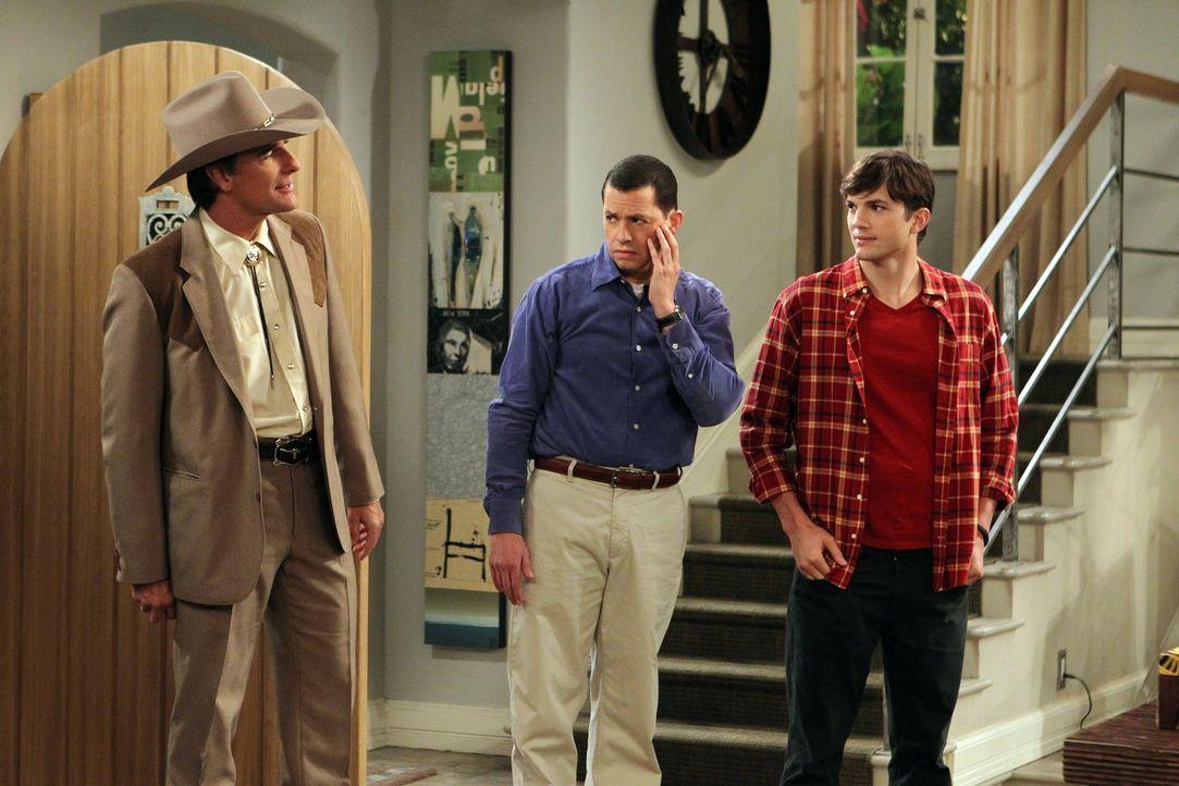 Walden (Ashton Kutcher, r.) und Alan (Jon Cryer, M.) sind total überrascht, als auch noch Jerry (Scott Bakula, l.), der Ex-Freund von Jakes neuer Fr... - Bildquelle: Warner Brothers Entertainment Inc.