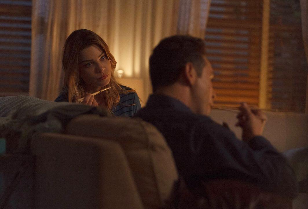 Während Chloe (Lauren German, l.) versucht, auszuloten, wie ihre Beziehung zu Dan (Kevin Alejandro, r.) weitergehen soll, hat dieser mit einem sehr... - Bildquelle: 2016 Warner Brothers