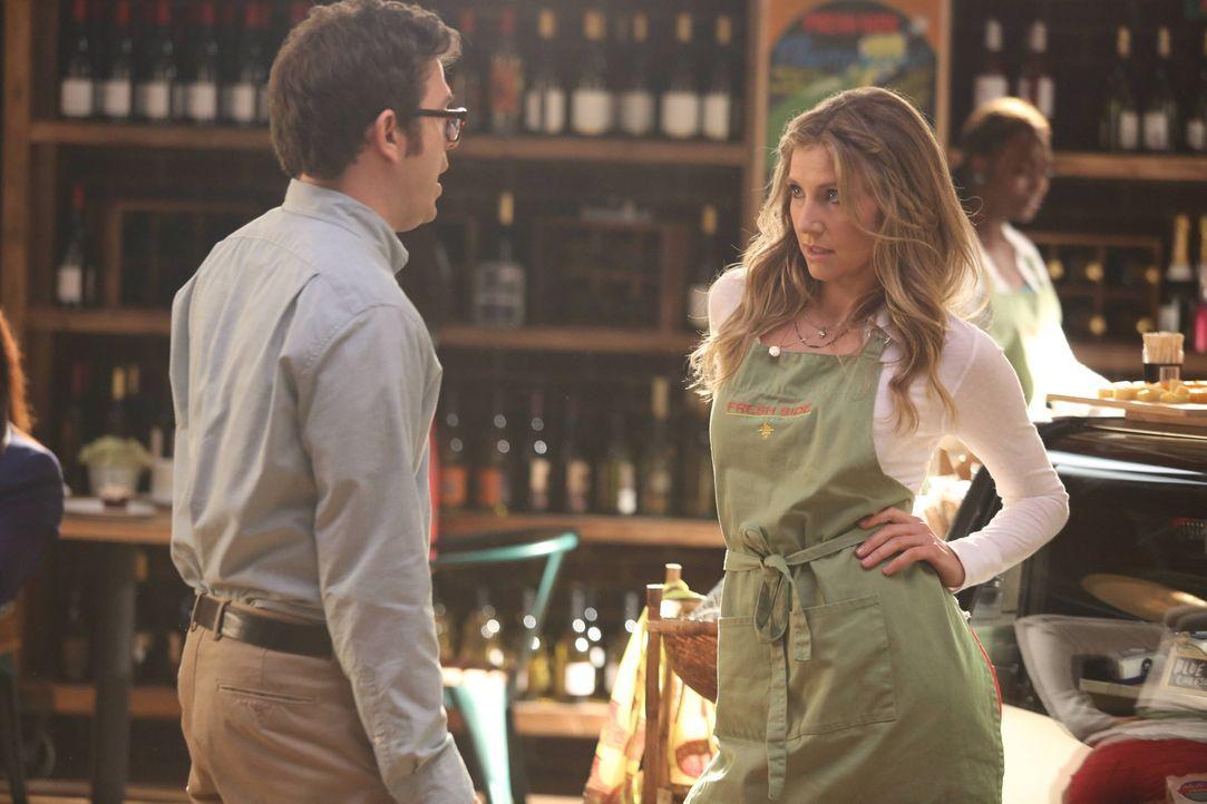 Polly (Sarah Chalke, r.) gibt alles, damit Gregg (Joe Wengert, l.) ihr Potenzial erkennt und ihr die Stelle als Wein- und Käsemanagerin gibt ... - Bildquelle: 2013 American Broadcasting Companies. All rights reserved.