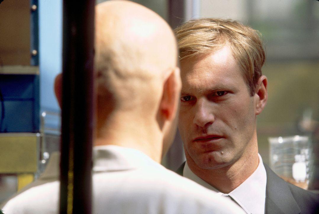 Als Mackelway (Aaron Eckhart, r.) und seine Partnerin dem Verdächtigen (Ben Kingsley, l.) bedrohlich nahe kommen, ist bald nicht mehr klar, wer Verf... - Bildquelle: 2006 Sony Pictures Television International