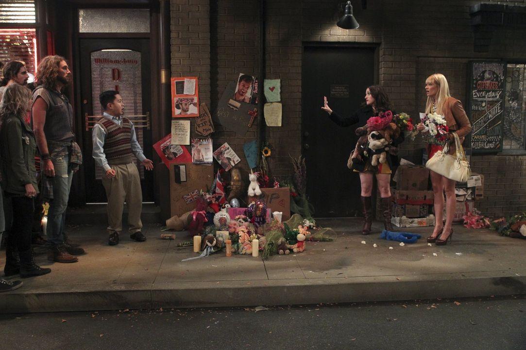 Ein Streit zwischen Han (Matthew Moy, 3.v.r.), Max (Kat Dennings, 2.v.r.) und Caroline (Beth Behrs, r.) wird von den neuen Kunden des Cupcakes-Laden... - Bildquelle: Warner Brothers
