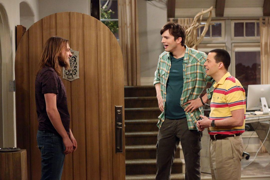 Jake (Angus T. Jones, l.) taucht plötzlich auf und erzählt Alan (Jon Cryer, r.) und Walden (Ashton Kutcher, M.), dass er einen Scheck über 250.000 D... - Bildquelle: Warner Brothers Entertainment Inc.