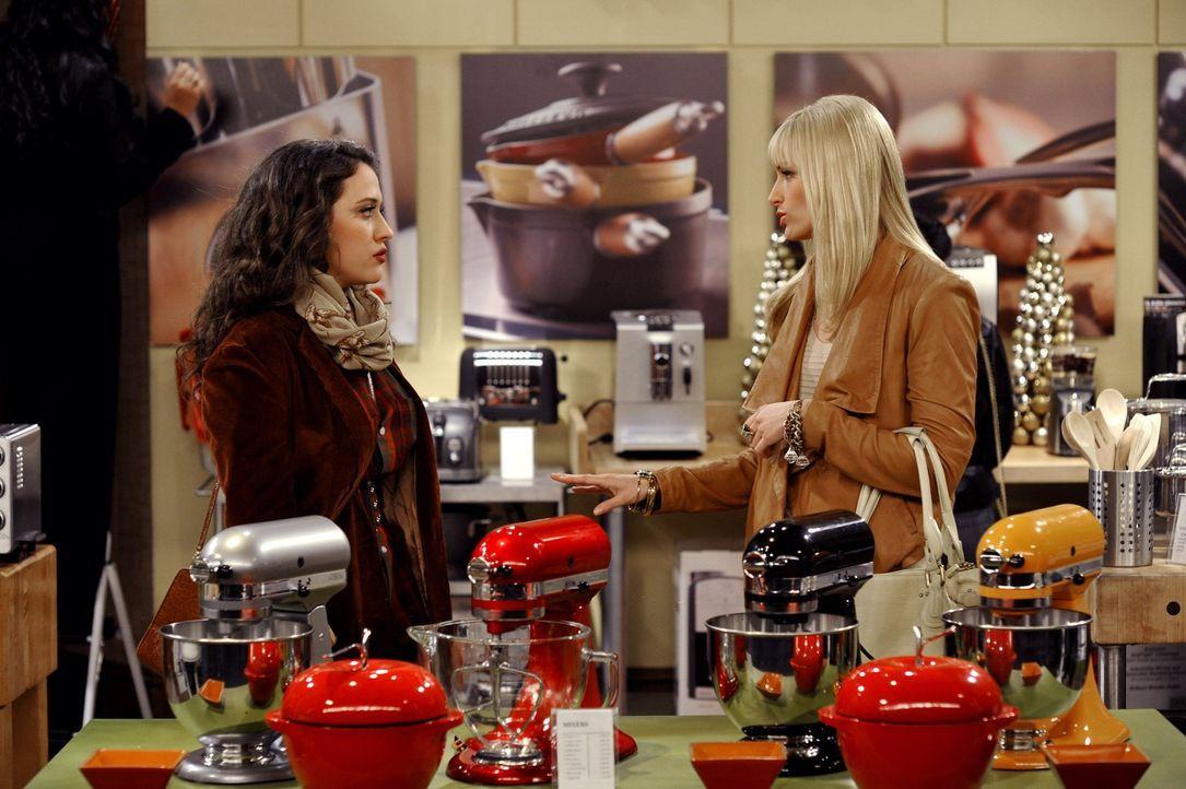 Wucher! Caroline (Beth Behrs, r.) kann nicht fassen, dass ein neues Küchengerät so teuer ist. Da sie Max's (Kat Dennings, l.) Backhilfe leider aus... - Bildquelle: Warner Brothers