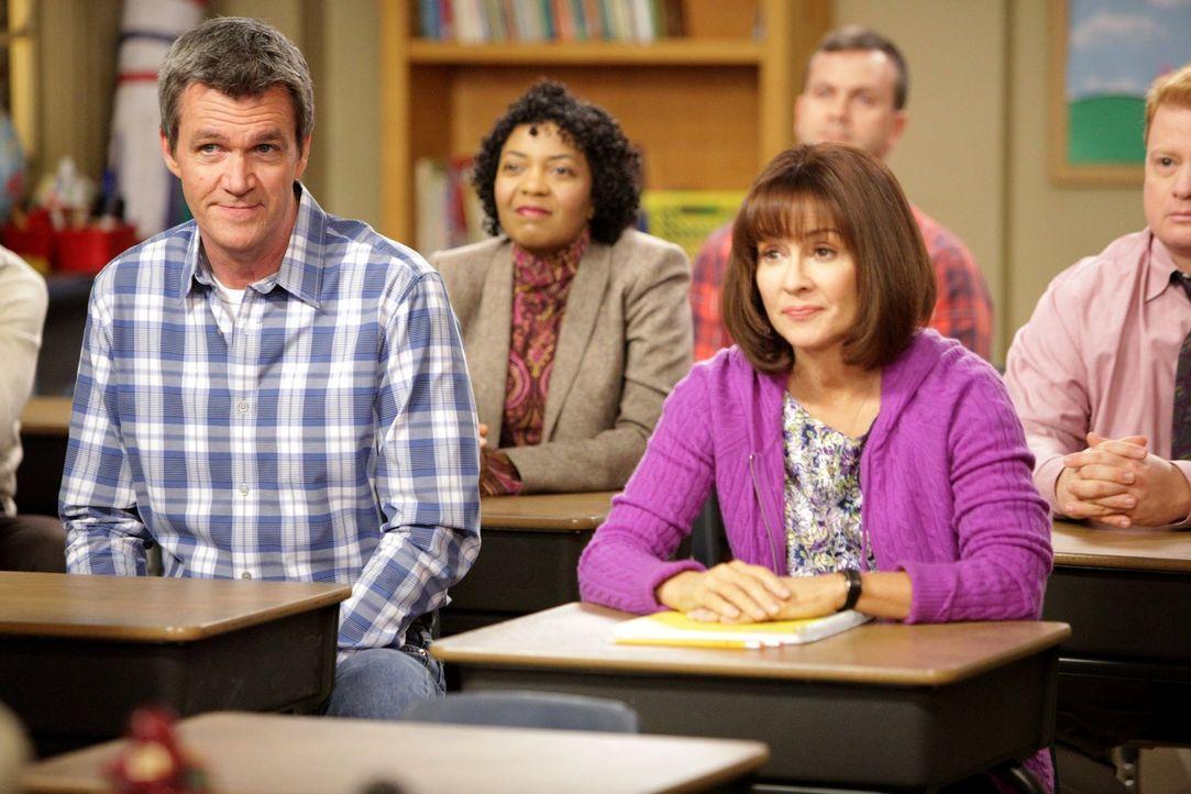 Als sich Frankie (Patricia Heaton, r.) in einem Gespräch mit Bricks Lehrerin als absolute Mathe-Niete outet, müssen sie und Mike (Neil Flynn, l.) zu... - Bildquelle: Warner Brothers