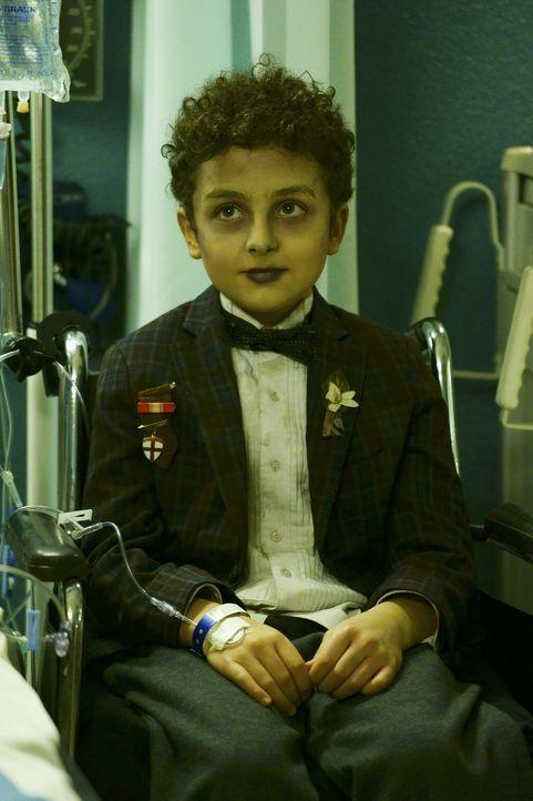 Während im Krankenhaus auf Leben und Tod gekämpft wird, erlebt Luke (Elisha Henig) einen einzigartigen Moment ... - Bildquelle: Sonja Flemming 2015 ABC Studios
