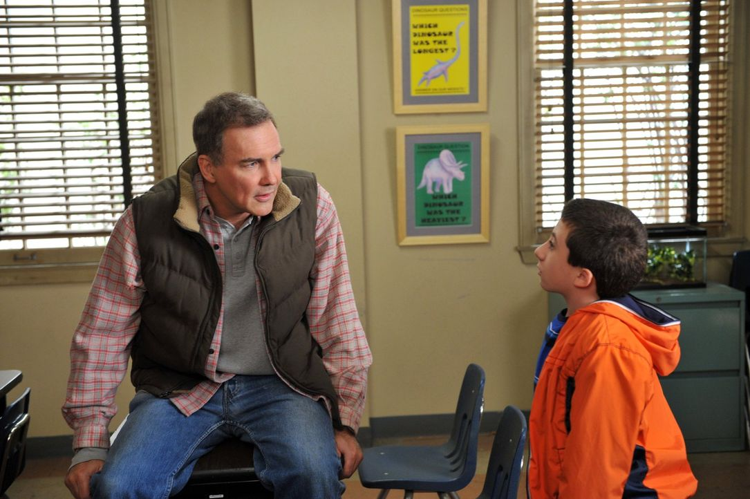 """Brick (Atticus Shaffer, r.) ist von seinem Onkel Rusty (Norm MacDonald, l.) enttäuscht, weil dieser ihm versprochen hatte, zum """"Special Friends Day""""... - Bildquelle: Warner Brothers"""
