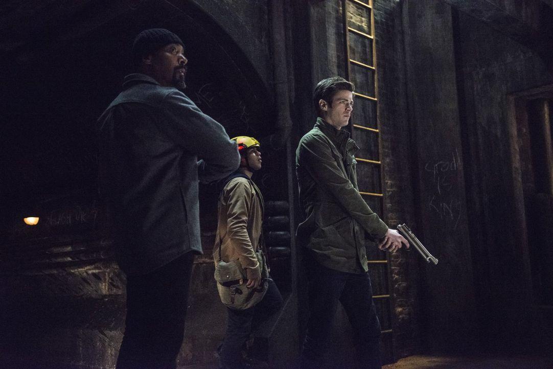Erkennen Joe (Jesse L. Martin, l.), Cisco (Carlos Valdes, M.) und Barry (Grant Gustin, r.) zu spät, wie gefährlich ihre Mission in der Kanalisation... - Bildquelle: Warner Brothers.